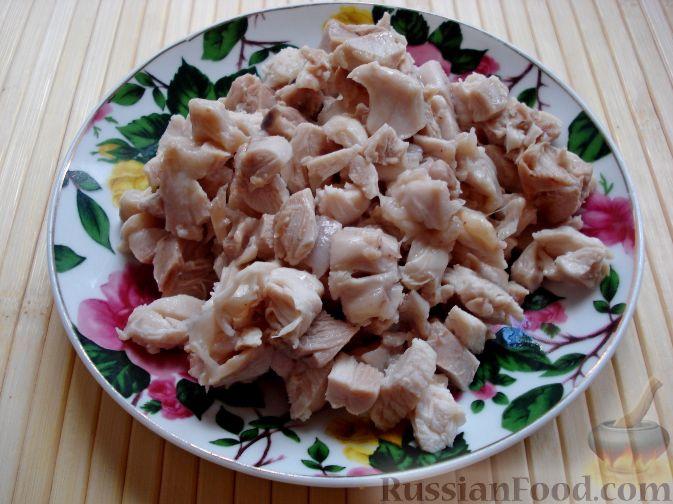 Фото приготовления рецепта: Салат с курицей и редькой - шаг №9