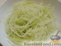Фото приготовления рецепта: Салат с курицей и редькой - шаг №4
