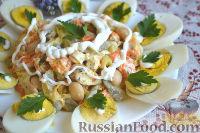 """Фото к рецепту: Салат """"Ромашка"""" с курицей и фасолью"""