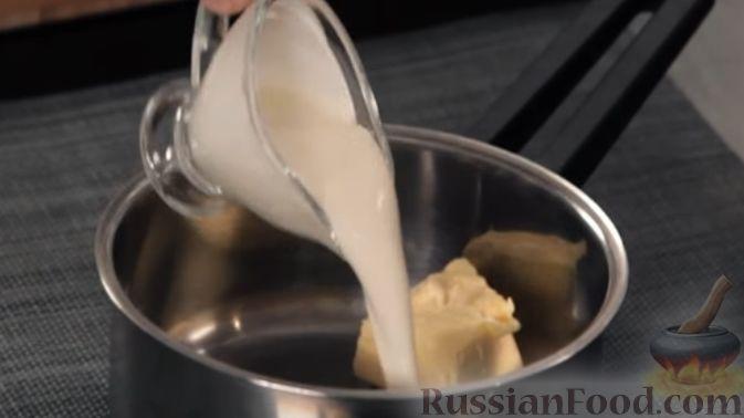 Фото приготовления рецепта: Свекольные оладьи с творогом и яблоком - шаг №4