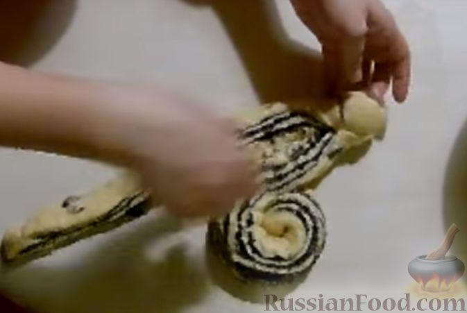 Фото приготовления рецепта: Булочки с вишнёвым вареньем, изюмом и орехами - шаг №16