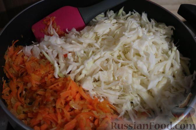 Рецепт тушеной капусты с сосисками в сковороде пошагово с