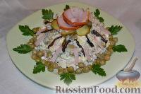 Фото к рецепту: Салат из ветчины с черносливом и маринованным огурцом