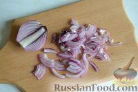 Фото приготовления рецепта: Салат из морской капусты с зеленым горошком и яйцом - шаг №2