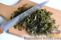 Фото приготовления рецепта: Салат из морской капусты с зеленым горошком и яйцом - шаг №5