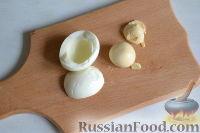 Фото приготовления рецепта: Салат из морской капусты с зеленым горошком и яйцом - шаг №7
