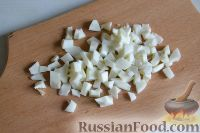 Фото приготовления рецепта: Салат из морской капусты с зеленым горошком и яйцом - шаг №8