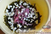 Фото приготовления рецепта: Салат из морской капусты с зеленым горошком и яйцом - шаг №9