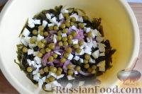 Фото приготовления рецепта: Салат из морской капусты с зеленым горошком и яйцом - шаг №10