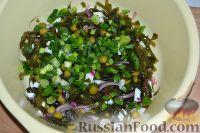 Фото приготовления рецепта: Салат из морской капусты с зеленым горошком и яйцом - шаг №11