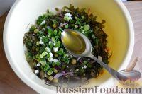 Фото приготовления рецепта: Салат из морской капусты с зеленым горошком и яйцом - шаг №12