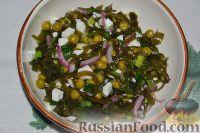 Фото приготовления рецепта: Салат из морской капусты с зеленым горошком и яйцом - шаг №13