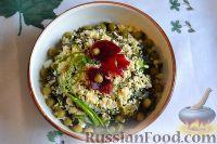 Фото приготовления рецепта: Салат из морской капусты с зеленым горошком и яйцом - шаг №14