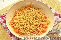 Фото приготовления рецепта: Макароны, тушенные в сковороде - шаг №4