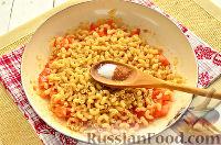 Фото приготовления рецепта: Макароны, тушенные в сковороде - шаг №5