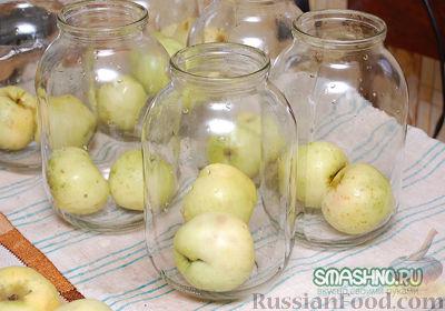 Фото приготовления рецепта: Компот из яблок с виноградом на зиму - шаг №3