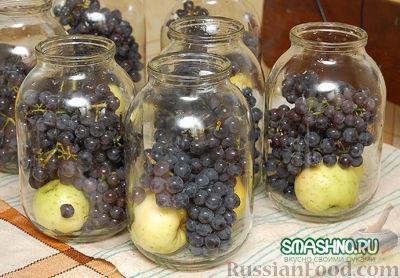 Фото приготовления рецепта: Компот из яблок с виноградом на зиму - шаг №4