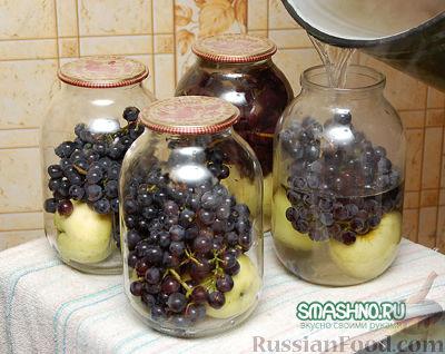 Фото приготовления рецепта: Компот из яблок с виноградом на зиму - шаг №6