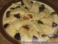 Фото к рецепту: Творожные вареники со сливами