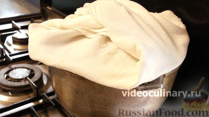 Фото приготовления рецепта: Бисквитный рулет с творогом и инжиром - шаг №8