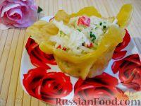 Фото к рецепту: Крабовый салат в сырной корзинке