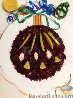 """Фото к рецепту: Салат """"Новогодняя игрушка"""" с курицей, яблоками и свеклой"""