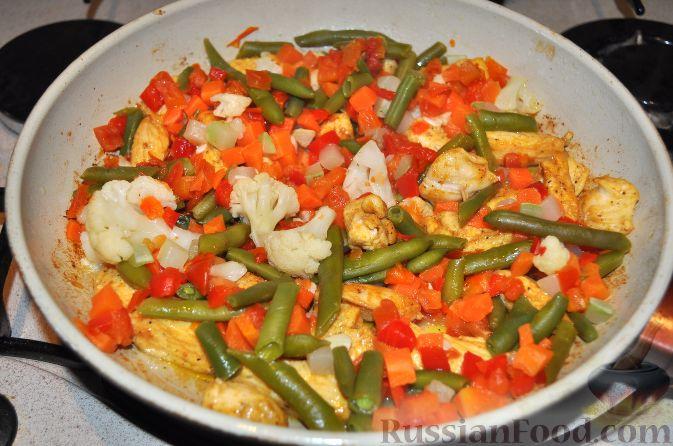 Фото приготовления рецепта: Заливной пирог на сметане, с картофелем и консервированной рыбой - шаг №8