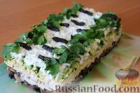 Фото к рецепту: Слоеный салат «Белая береза» с курицей и черносливом