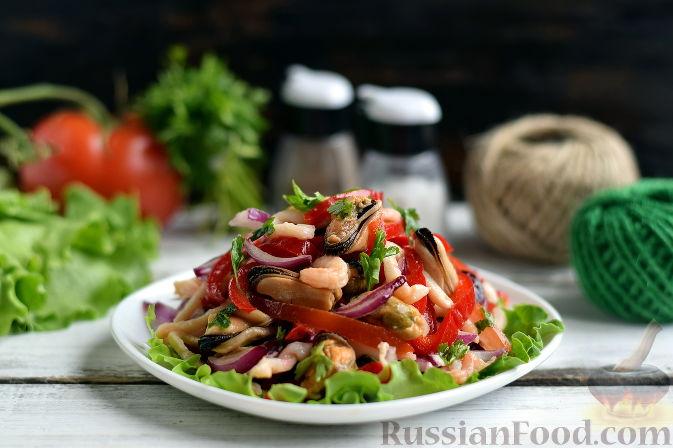 Салат из морепродуктов с соусом