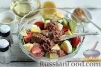 Фото приготовления рецепта: Салат с тунцом и помидорами - шаг №7