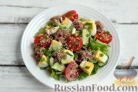Фото приготовления рецепта: Салат с тунцом и помидорами - шаг №9