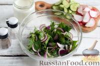 Фото приготовления рецепта: Весенний салат с редисом, огурцами и яйцами - шаг №3