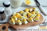 Фото приготовления рецепта: Весенний салат с редисом, огурцами и яйцами - шаг №4