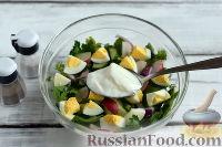 Фото приготовления рецепта: Весенний салат с редисом, огурцами и яйцами - шаг №6