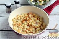 Фото приготовления рецепта: Весенний салат с редисом, огурцами и яйцами - шаг №7