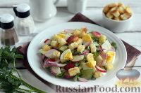 Фото приготовления рецепта: Весенний салат с редисом, огурцами и яйцами - шаг №8