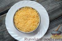 Фото приготовления рецепта: Слоеный салат из семги с сыром - шаг №5