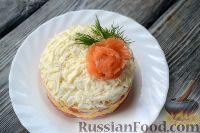 Фото приготовления рецепта: Слоеный салат из семги с сыром - шаг №7