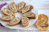 Фото к рецепту: Пасхальный рулет с орехами и изюмом