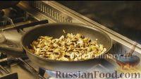 Фото приготовления рецепта: Омлет с шампиньонами - шаг №4