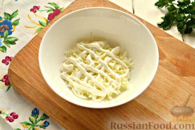 Фото приготовления рецепта: Слоеный салат с крабовыми палочками - шаг №3