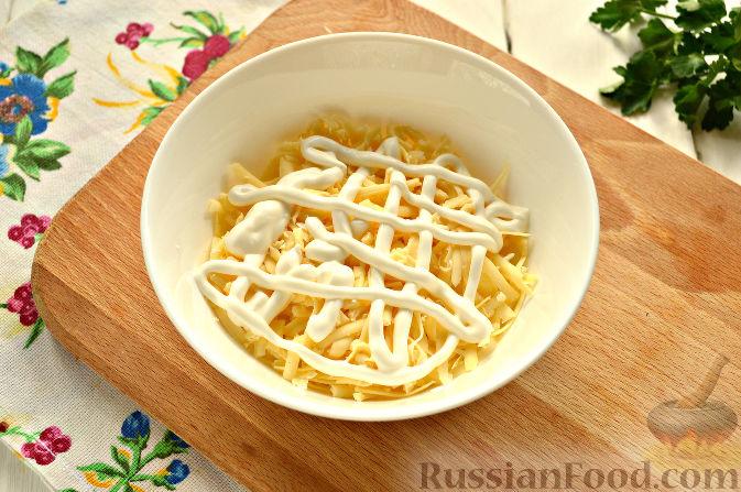 Фото приготовления рецепта: Слоеный салат с крабовыми палочками - шаг №5