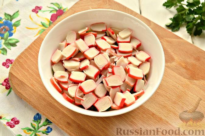 Фото приготовления рецепта: Слоеный салат с крабовыми палочками - шаг №7