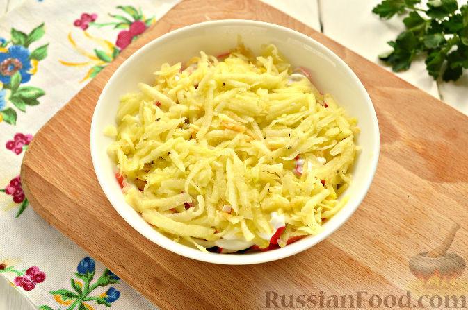 Фото приготовления рецепта: Слоеный салат с крабовыми палочками - шаг №9