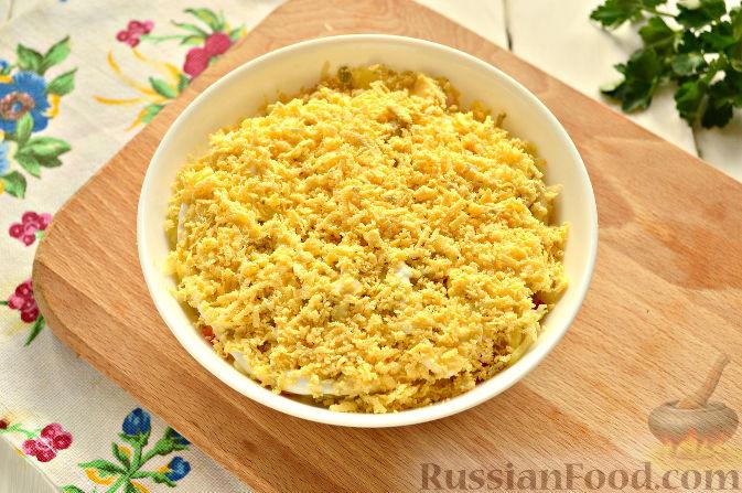 Фото приготовления рецепта: Слоеный салат с крабовыми палочками - шаг №10