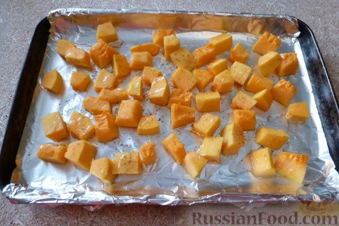 Фото приготовления рецепта: Салат из тыквы и рукколы, с орехами и гранатом - шаг №3
