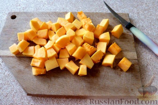 Фото приготовления рецепта: Салат из тыквы и рукколы, с орехами и гранатом - шаг №2