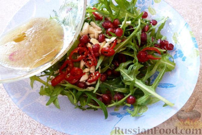 Фото приготовления рецепта: Салат из тыквы и рукколы, с орехами и гранатом - шаг №8