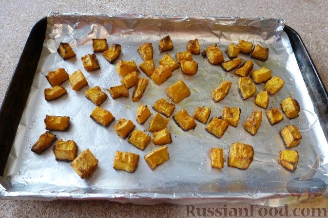 Фото приготовления рецепта: Салат из тыквы и рукколы, с орехами и гранатом - шаг №4