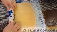 Фото приготовления рецепта: Бисквитный рулет с халвой - шаг №4